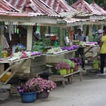 Blumenstände vor dem Zahntempel von Kandy