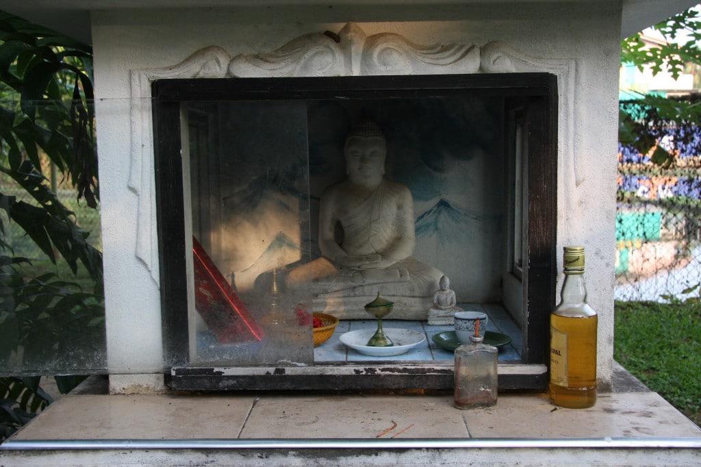 Buddhistischer Schrein an einer Straße