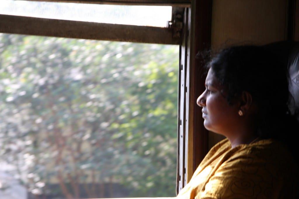 Frau im Zug auf dem Weg nach Ella