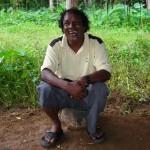 Freundlicher sri lankischer Führer bei einer Wanderung