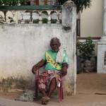Vor seinem Haus wartender Mann in Colombo