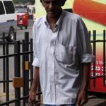 Ein Mann in Kandy auf dem Weg zur Arbeit
