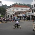 Strassenszene auf einer Kreuzung in Kandy