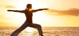 Yoga am Strand von Sri Lanka