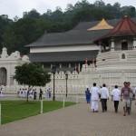 Die Vorderfront des Zahntempels in Kandy